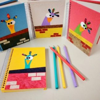 O uso de um bloco ou caderno para anotação ajuda na organização do seu dia a dia, seja no trabalho ou na vida pessoal. É um auxílio para que você faça uma listagem do não pode e nem deve esquecer!