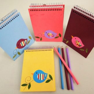 Bloco ideal para anotações cotidianas. Além de gracioso é ecológico, porque sua capa é confeccionada através da reciclagem de papel.