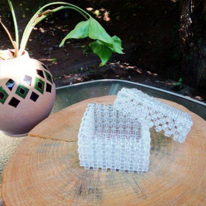 Caixa com tampa para guardarmiudezas. Bonita peça decorativa, tanto para o quarto, quanto para a sala de estar. Bela ideia para presente.