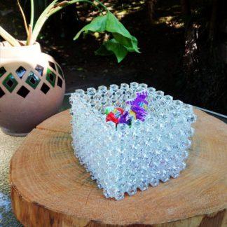 O Pote quadrado transparente é uma linda peça decorativa para a sua casa ficar ainda mais bonita.Um produto confeccionado por mãos especiais.