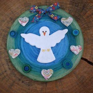 O Espírito Santo Natura é um lindo enfeite para a sua porta! Carrega muita energia boa e vibrações celestiais.