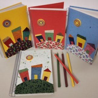Esse caderno maravilhoso é extremamente criativo e inusitado pela linda decoração com as casinhas de Trancoso na capa.