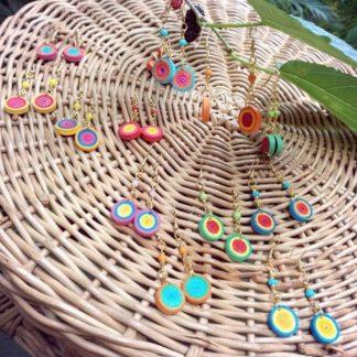 O Brinco Quiling Gama é um delicado acessório que não pode faltar na sua coleção de bijuterias! Certamente trará graça e luz ao seu rosto.