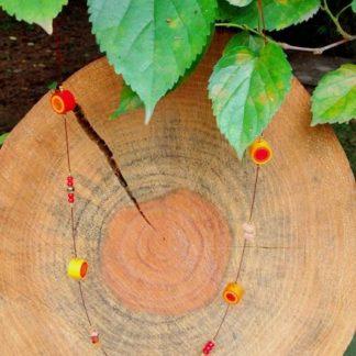 O Colar Quiling Plus Cornalina é confeccionado com fio de aço, quiling, pedra e miçanga. Os materiais trazem criatividade e bom gosto à peça.
