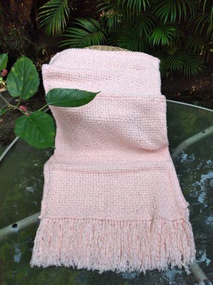 A Echarpe de lã Rose APOIE possui graça, como também indiscutível delicadeza. Uma exclusividade da apoie.org